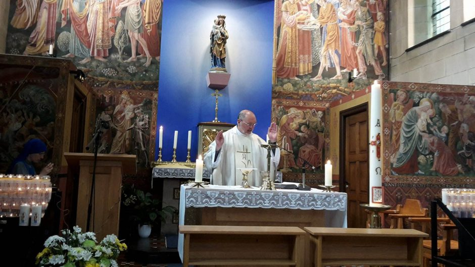 eucharistie-kleine-kapel-priester-anton-overmars-olv-ter-nood-heiloo