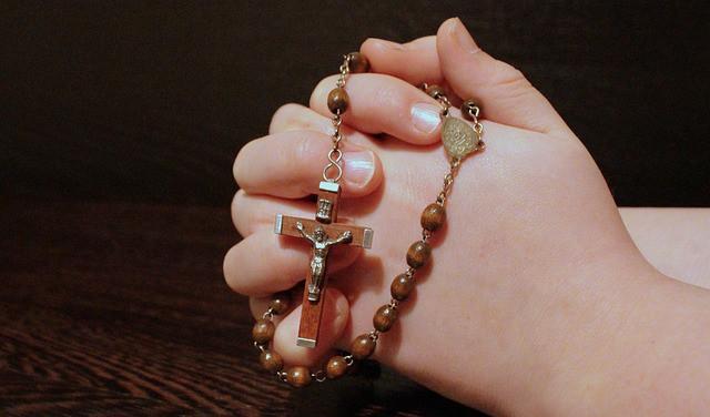 rozenkrans-bidden-vrede-bisschop