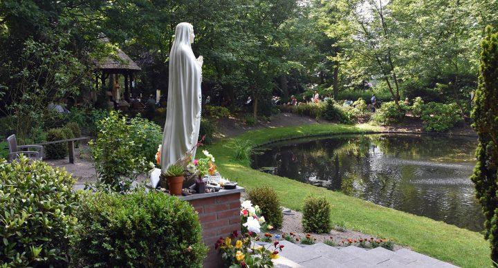 heiligdom-onze-lieve-vrouw-ter-nood-heiloo-buiten-altaar-maria