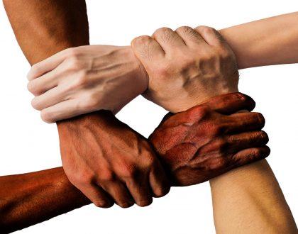 olv-ter-nood-handen-multiculturele-samenleving