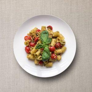 pastasalade met groene pesto, tomaten, pijnboompitten, noten en vlokken Parmezaanse kaas olv ter nood heiloo afhalen menu